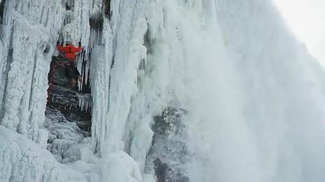 Un hombre consigue escalar las cataratas del Niágara congeladas por primera vez en la historia
