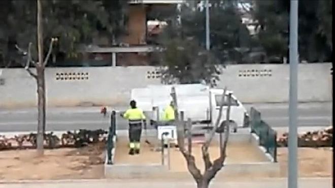 Cazan a dos barrenderos tirando excrementos de perro a un parque para niños