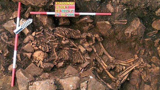 Encuentran dos cadáveres abrazados del año 3.800 a.C