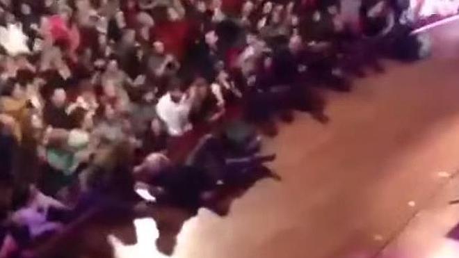 Franco Battiato se rompe el fémur al caerse en el escenario en pleno concierto