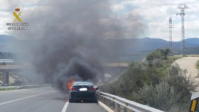 Una guardia civil fuera de servicio rescata a una mujer de su vehículo en llamas