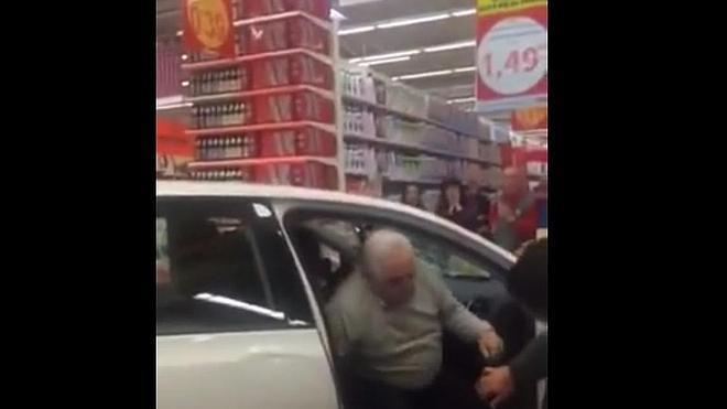 Terrible accidente: Un anciano empotra su coche en un Alcampo y llega hasta las cajas
