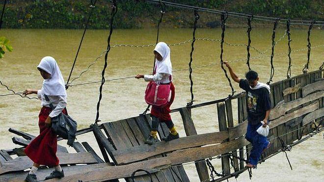Niños que se juegan la vida para ir al colegio