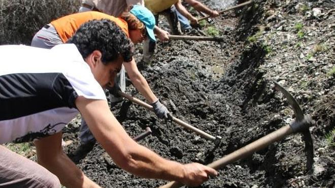 Recuperan dos acequias de careo en el Camarate de Lugros