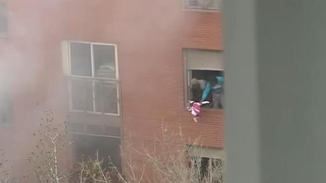 Unos padres tiraron a un niña de 3 años por la ventana para salvarla del fuego en Vallecas