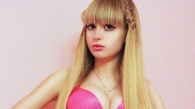 """La nueva 'Barbie humana' ha sido criada """"como una muñeca"""" por sus padres"""
