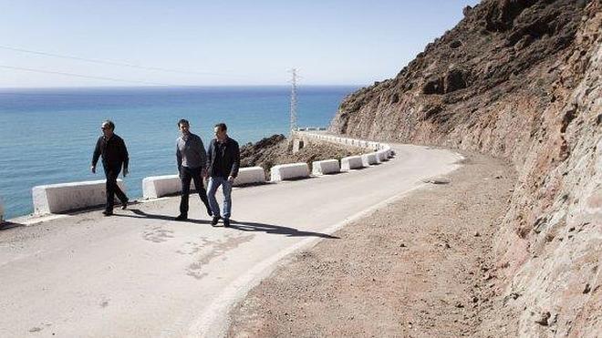 La carretera al Faro de Cabo de Gata estrenará firme en el mes de julio