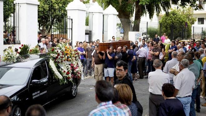 Familiares y amigos despiden en Motril al camionero muerto a tiros en Pamplona