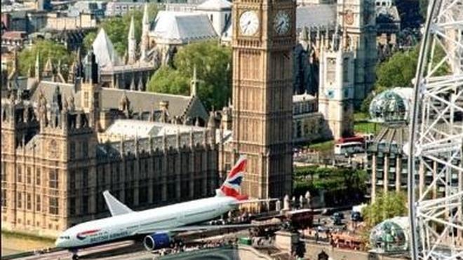 Investigan si cayó de un avión un hombre encontrado muerto en un tejado de Londres