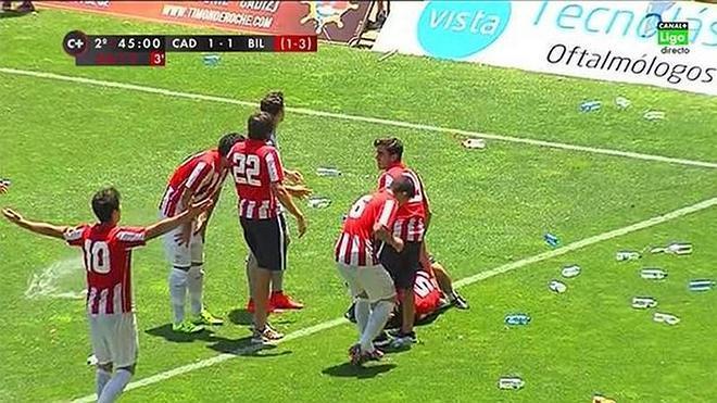 Lluvia de botellas en el Carranza en el Cádiz-Athletic B