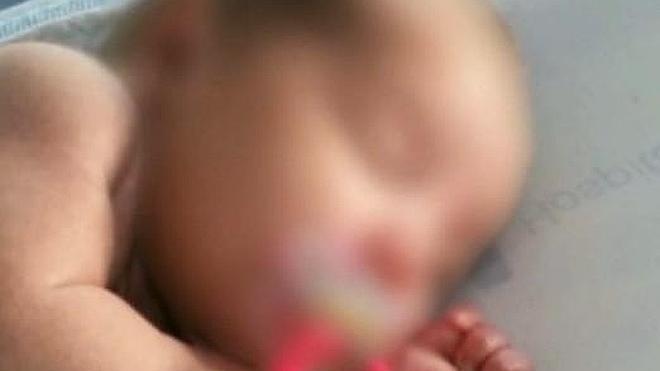 El bebé abandonado por su madre en un contenedor ya tiene una familia de acogida