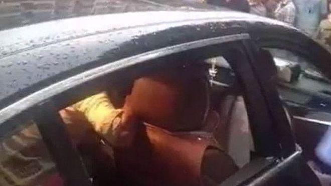 Una china no permite que rompan la ventanilla de su BMW para rescatar a su hijo, desmayado por el calor