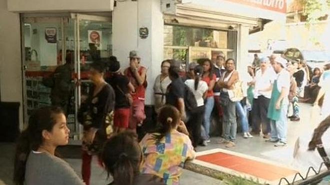 Madres venezolanas esperan horas a las puertas de las farmacias para conseguir pañales