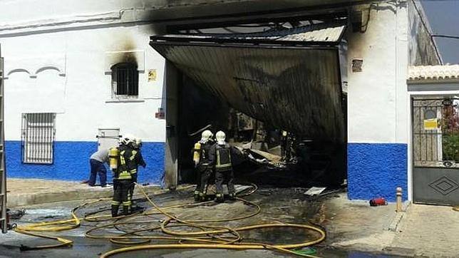 Los bomberos apagan un incendio en una fábrica de hielo de Sevilla