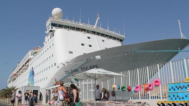 Dos piscinas, discoteca, spa... un gigante atraca en el Puerto de Almería