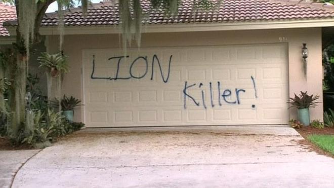 '¡Asesino de leones!': la pintada que ha aparecido en la casa del dentista que mató a 'Cecil'