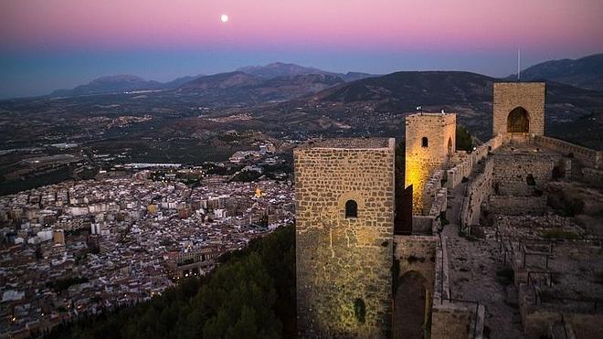 Los hoteleros piden al Ayuntamiento que cambie el color de la iluminación del castillo de Santa Catalina