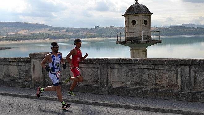 López de Haro y María Pujol se llevan el Triatlón TriGranada Bermejales
