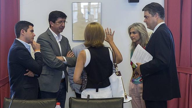 Tensión en el Parlamento al bloquear PSOE y C's dos leyes de la oposición