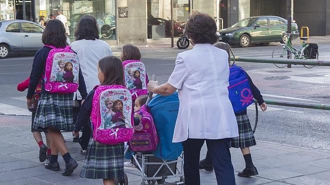 La UGR busca 500 escolares para un estudio sobre cómo les afecta el peso de sus mochilas