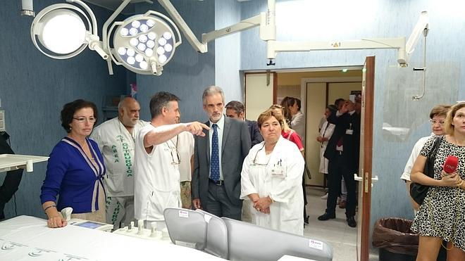 Esconden a pacientes ubicados en los pasillos de Torrecárdenas ante la visita del consejero de Salud, según CSIF