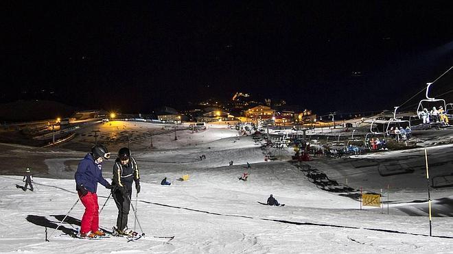 Sierra Nevada vuelve a iluminar Borreguiles en un nuevo sábado de esquí ininterrumpido