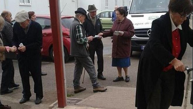 Podemos denuncia la entrega de sobres con papeleta y cerrados a ancianos