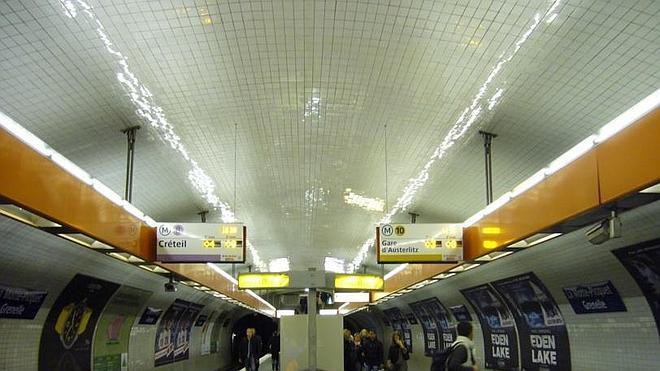 Muere en el metro de París electrocutado, con su chaqueta enganchada en las puertas del vagón
