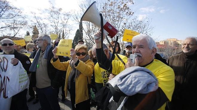 Vecinos de cinco barrios exigen el AVE soterrado y la dimisión del alcalde
