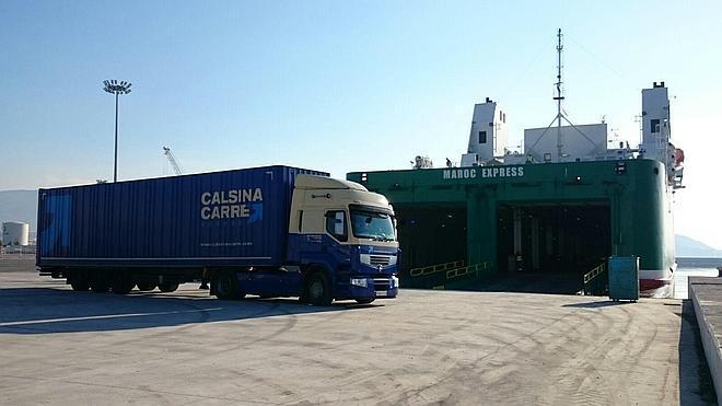 La línea marítima entre Motril y Tánger se estrena con cinco camiones