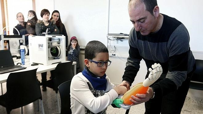 Solidaridad española: un niño recibe una prótesis de brazo hecha con una impresora 3D