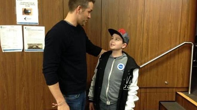 """Ryan Reynolds pide ayuda para un fan de 'Deadpool' con cáncer: """"Él es el más grande"""""""