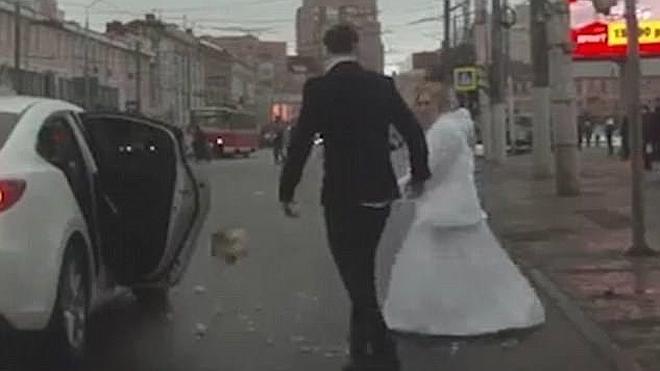 Un matrimonio fugaz: se casan y se pelean minutos después en la calle