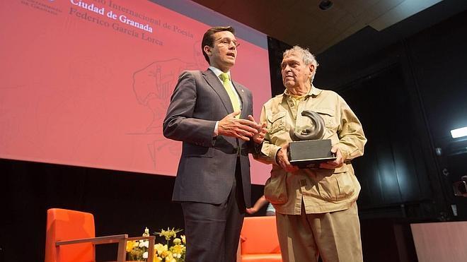 Cadenas recoge el premio Lorca de poesía para Venezuela