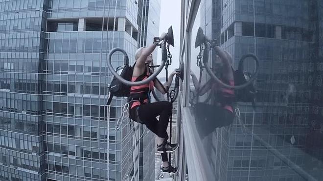 Escala un rascacielos con la ayuda ¡de una aspiradora!