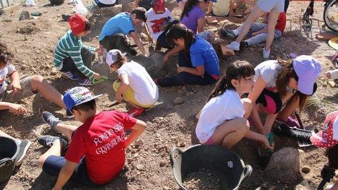 Alumnos de Primaria aprenden a excavar en un 'arqueódromo'