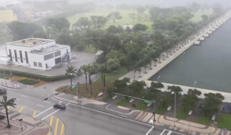 Caen muebles del cielo durante una tormenta en Miami