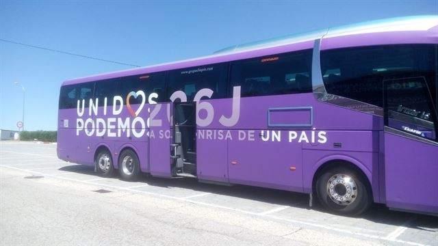 Un guardia civil para el bus de Unidos Podemos en un control y pregunta por 'El Coletas'