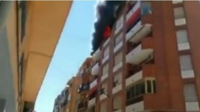 Se salvan de un incendio saltando al edificio de al lado