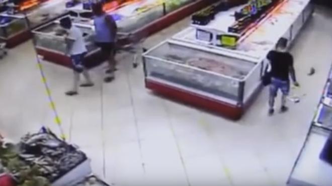 Un pez 'se fuga' saltando del acuario a la cesta de un cliente de un supermercado