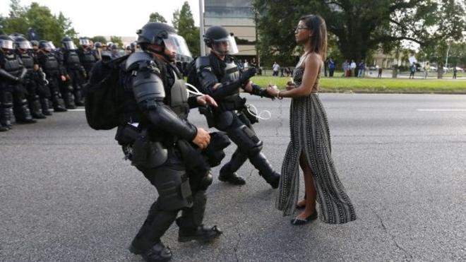 La foto de una mujer negra en las protestas contra el racismo emociona al planeta