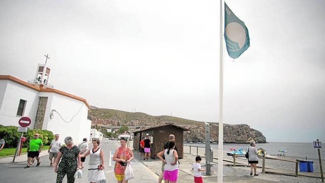 Carchuna-Calahonda «renuncia» a sus banderas azules por no poder costearlas