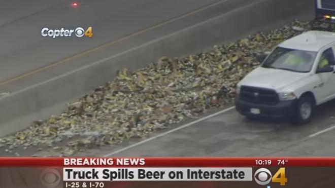 Un camión de cerveza vuelca en EE.UU. derramando todo lo que llevaba