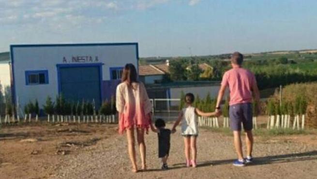 """La """"felicidad"""" de Iniesta: presume de vacaciones... en su pueblo"""