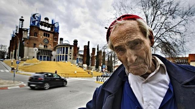 La genial historia del anciano español que está construyendo una catedral sin ayuda