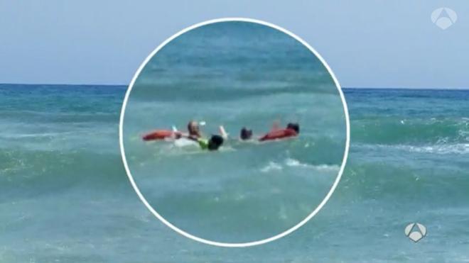 Rescatan a una pareja de bañistas a punto de morir ahogados en Torremolinos