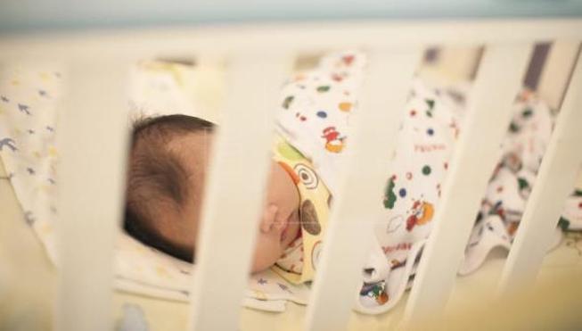 Una mujer encierra a un recién nacido en una maleta con el esqueleto de otro bebé