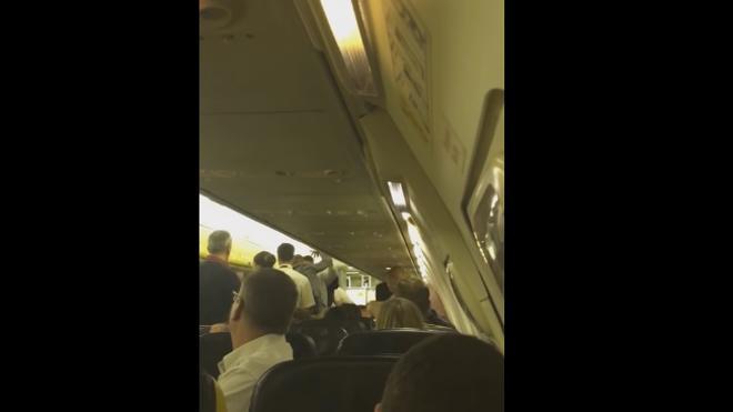 Una brutal pelea entre pasajeros en un avión de Ryaniar obliga a desviar el vuelo