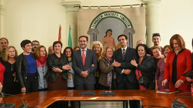 Junta y Ayuntamiento firman el convenio para la rehabilitación de la barriada de Santa Adela