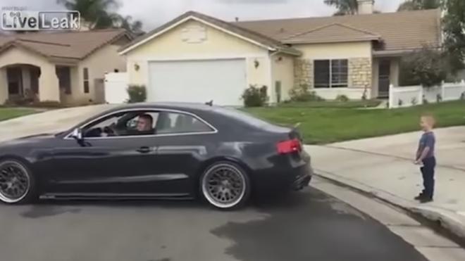 Un padre le quita un diente a su hijo con su Audi S5